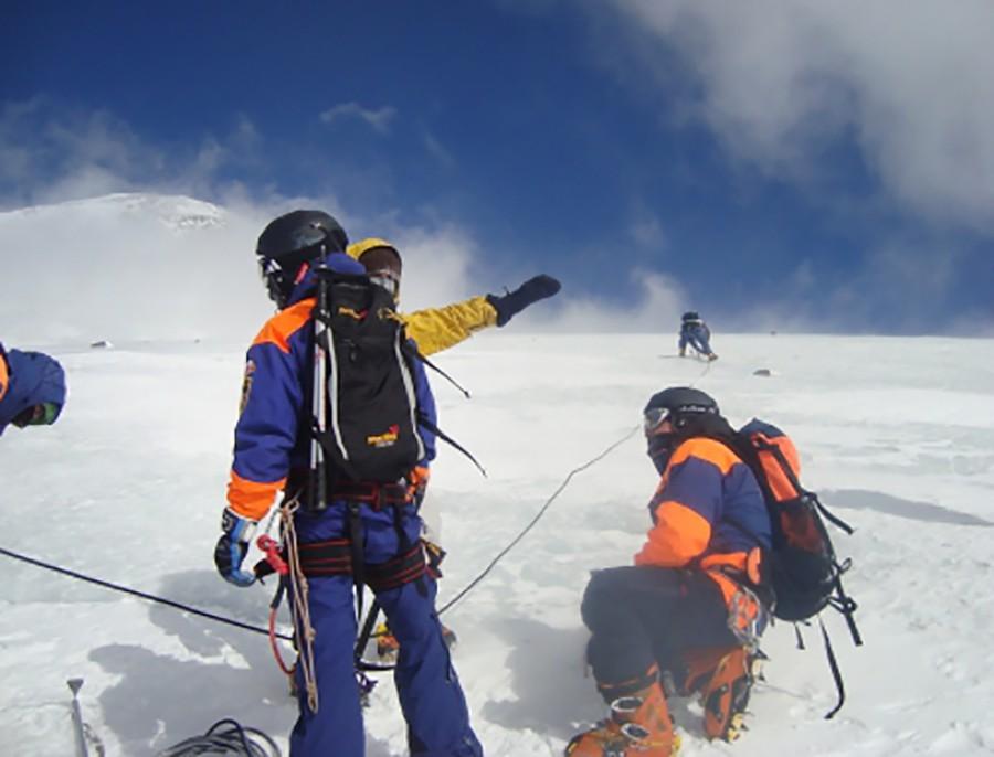 Горный отряд спасателей МЧС на склоне Эльбруса