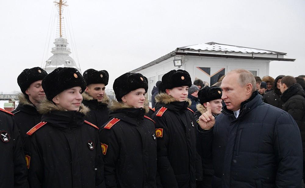 Владимир Путин общается с воспитанниками суворовского военного училища