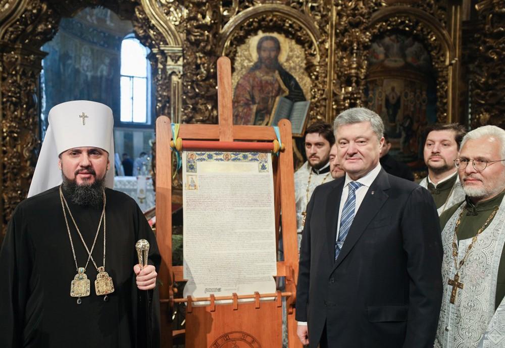 Пётр Порошенко и глава новой Украинской церкви Епифаний возле томоса об автокефалии православной церкви Украины