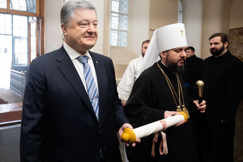 Пётр Порошенко и глава новой Украинской церкви Епифаний держат томос об автокефалии православной церкви Украины