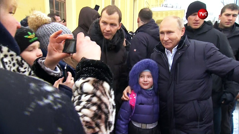 Владимир Путин фотографируется с девочкой