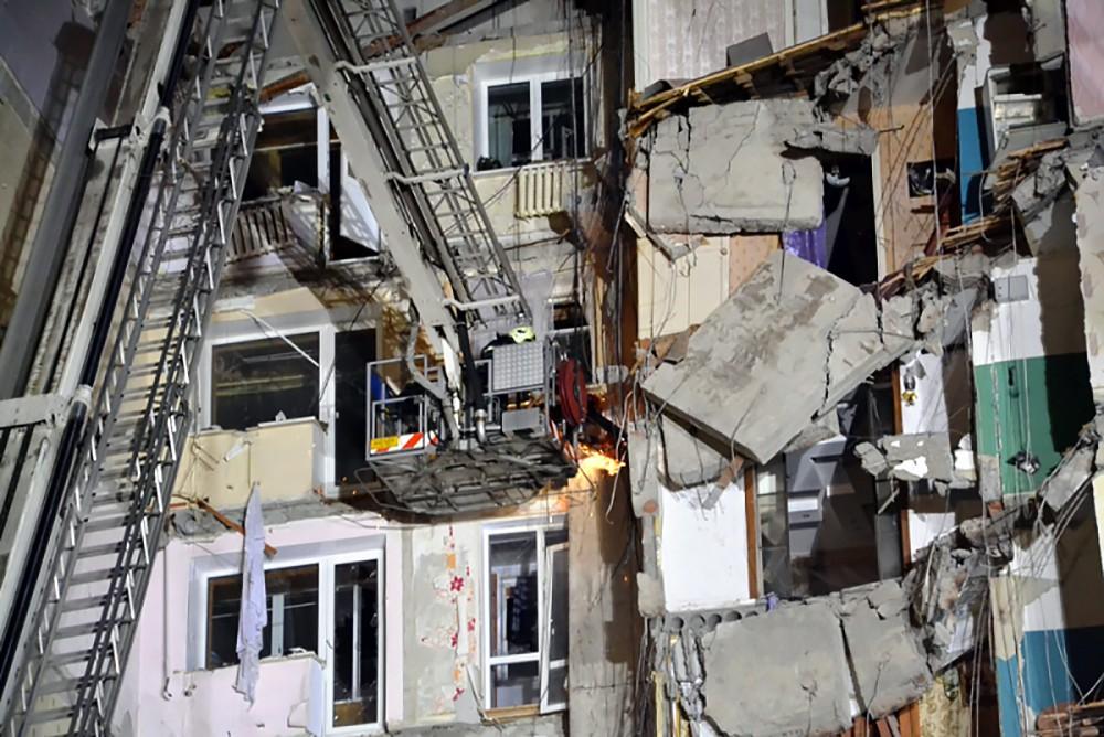 Работа спасателей МЧС на месте взрыва в жилом доме в Магнитогорске