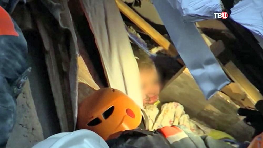 Спасатели МЧС достают из под завалов Ваню Фокина