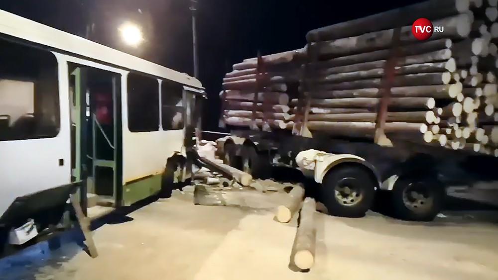 Последствия ДТП с участием лесовоза и автобуса