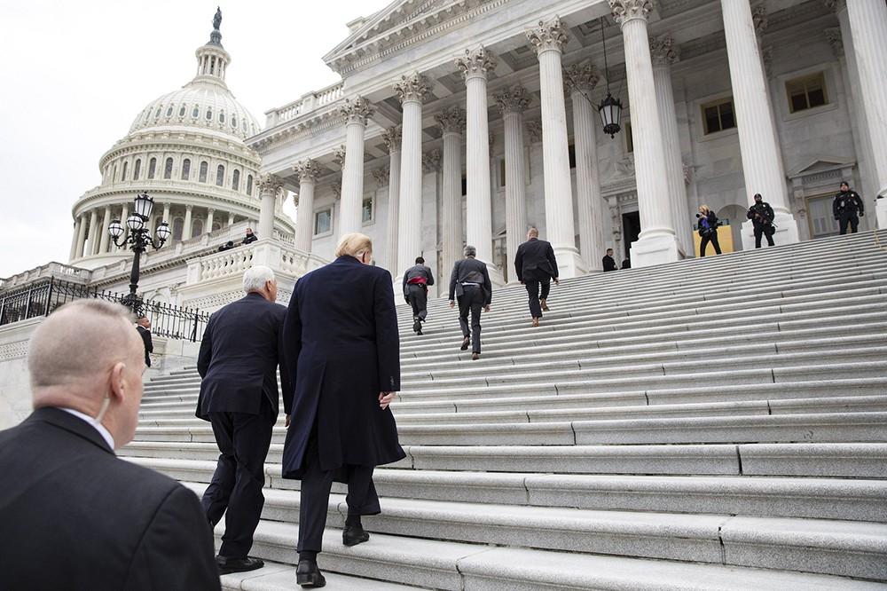 Дональд Трамп заходит в здание Конгресса США