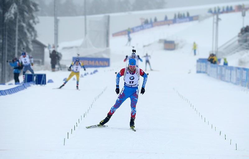Александр Логинов на финише спринта среди мужчин на четвертом этапе Кубка мира по биатлону