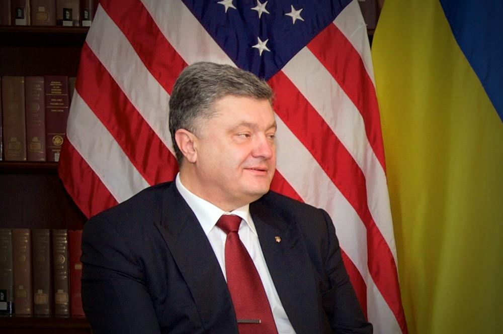 Пётр Порошенко на фоне флага США