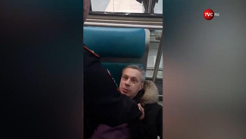 """Полиция задерживает дебошира аэропорту """"Домодедово"""""""