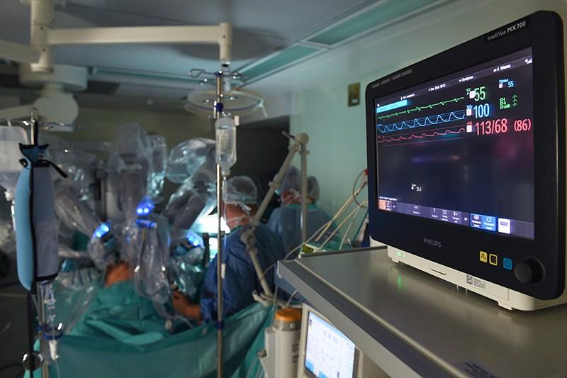 """Операция с помощью хирургического робота """"Да Винчи"""""""