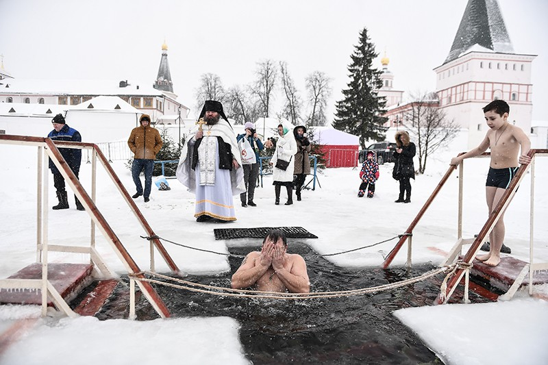 Верующие во время традиционного праздничного купания в Крещение