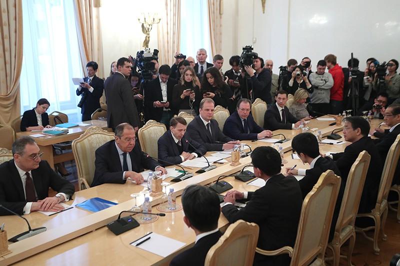 Глава МИД России Сергей Лавров и глава МИД Японии Таро Коно во время встречи в Москве.