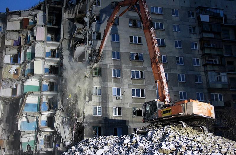 Демонтажные работы на месте обрушения подъезда жилого дома в Магнитогорске