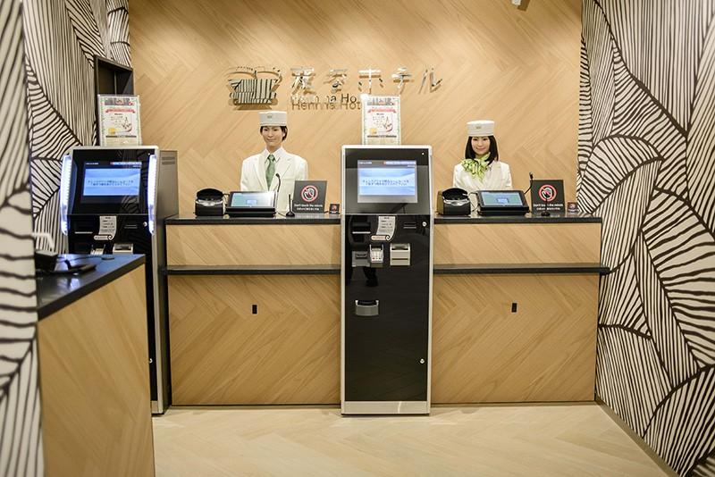 Сотрудники-роботы в японском отеле