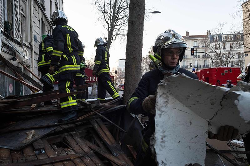 Спасатели на месте взрыва во Франции