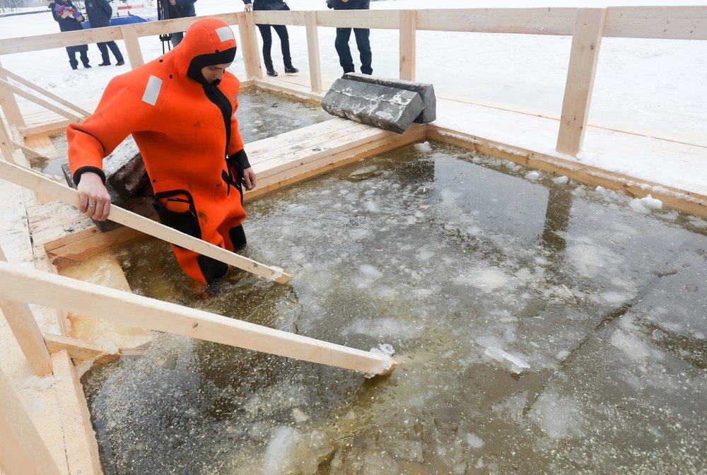 Подготовка к крещенским купаниям в Москве