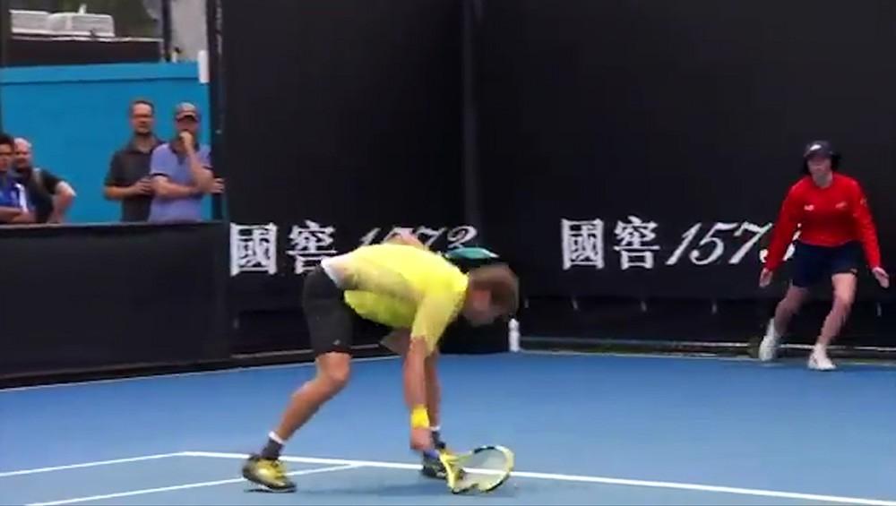 Теннисист Медведев и разбитая ракетка (видео)