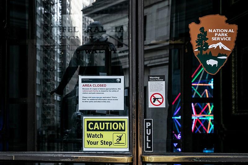 Табличка на входе в здание Зала Федерации, временно закрытого в результате шатдауна