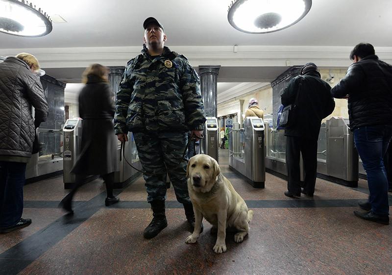 Сотрудник полиции в метро