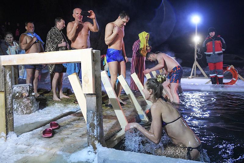 Верующие во время ночных крещенских купаний