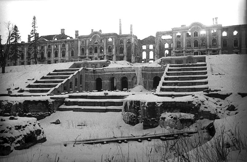 Разрушенный немцами в годы Великой Отечественной войны 1941-1945 гг. Большой Петергофский дворец