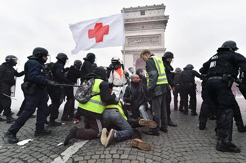 """Сотрудники полиции и участники протестной акции """"жёлтых жилетов"""" в Париже"""