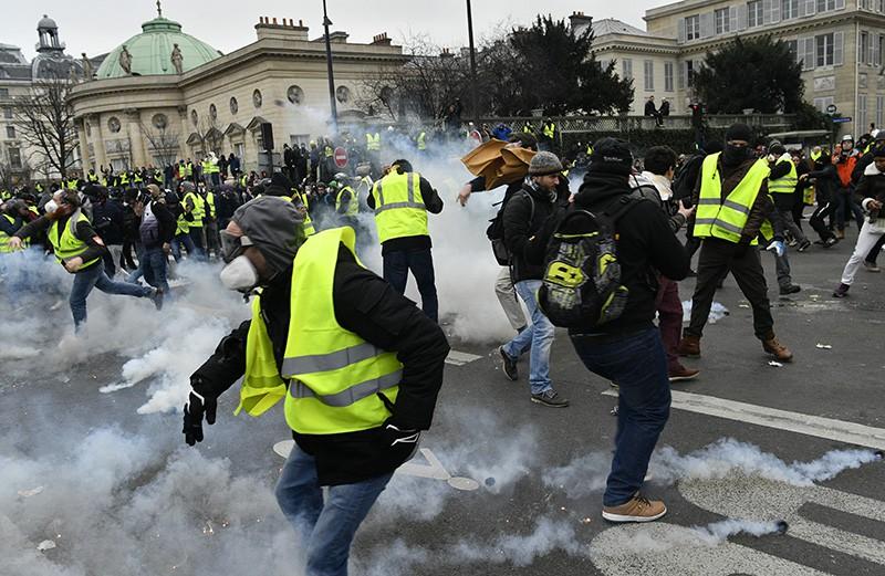"""Акция протеста """"желтых жилетов"""" в Париже"""