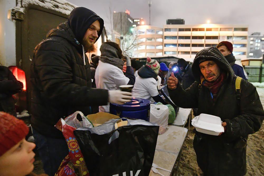 Волонтеры кормят бездомных людей