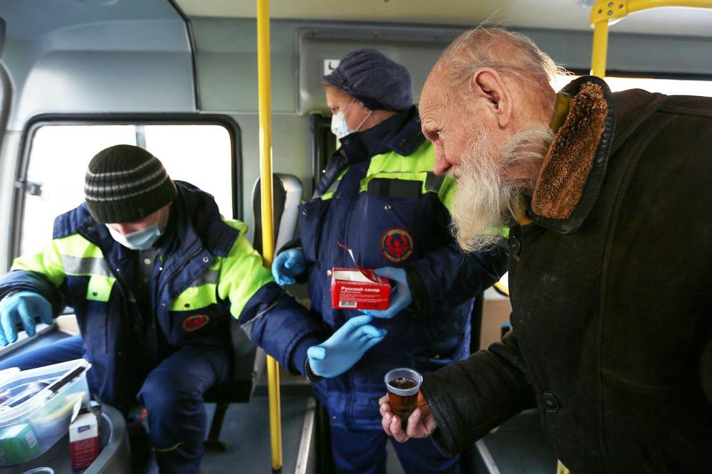 """Работники """"Социального патруля"""" общаются с бездомными"""