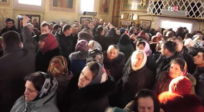Прихожан Украинской Православной церкви выгоняют на улицу