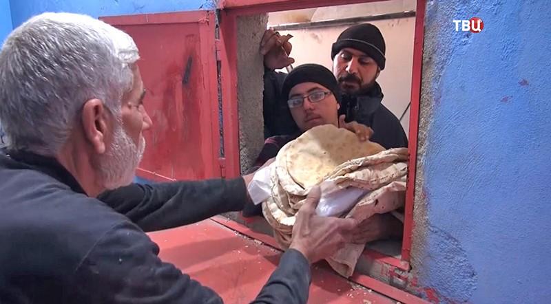 Жители Сирии получают хлеб