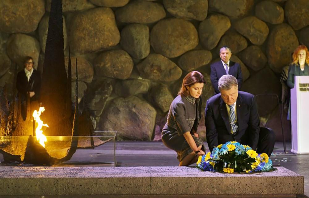 Пётр Порошенко с женой возлагает цветы