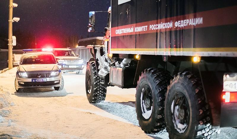 Автомобили полиции и следственного комитета у аэропорта Ханты-Мансийска