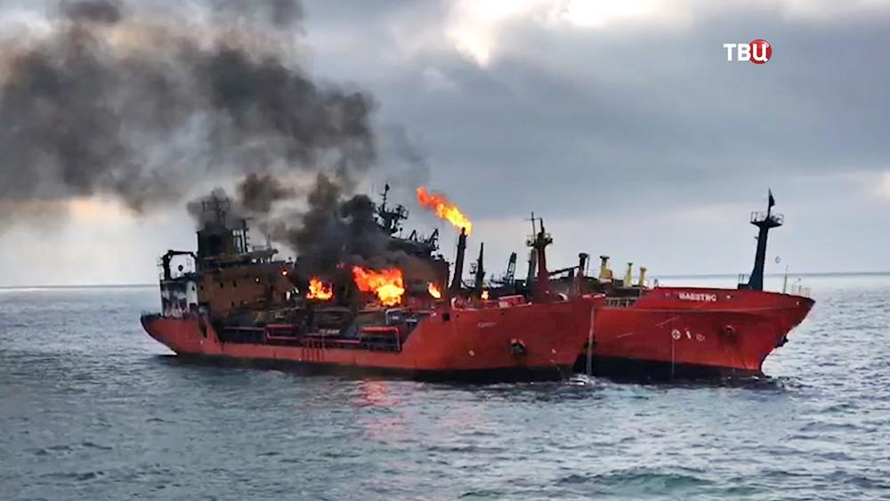 Горящие корабли в Керченском проливе