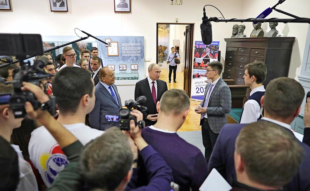 Владимир Путин общается со студентами МГУ