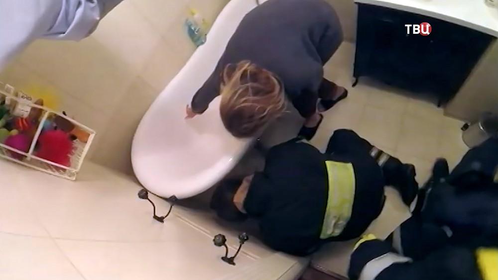 Спасатели МЧС достают застрявшую собаку