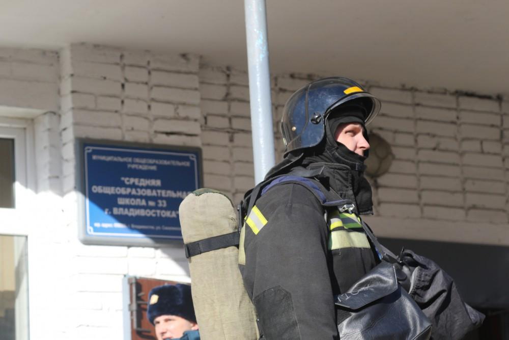 Пожарные возле школы 33 во Владивостоке