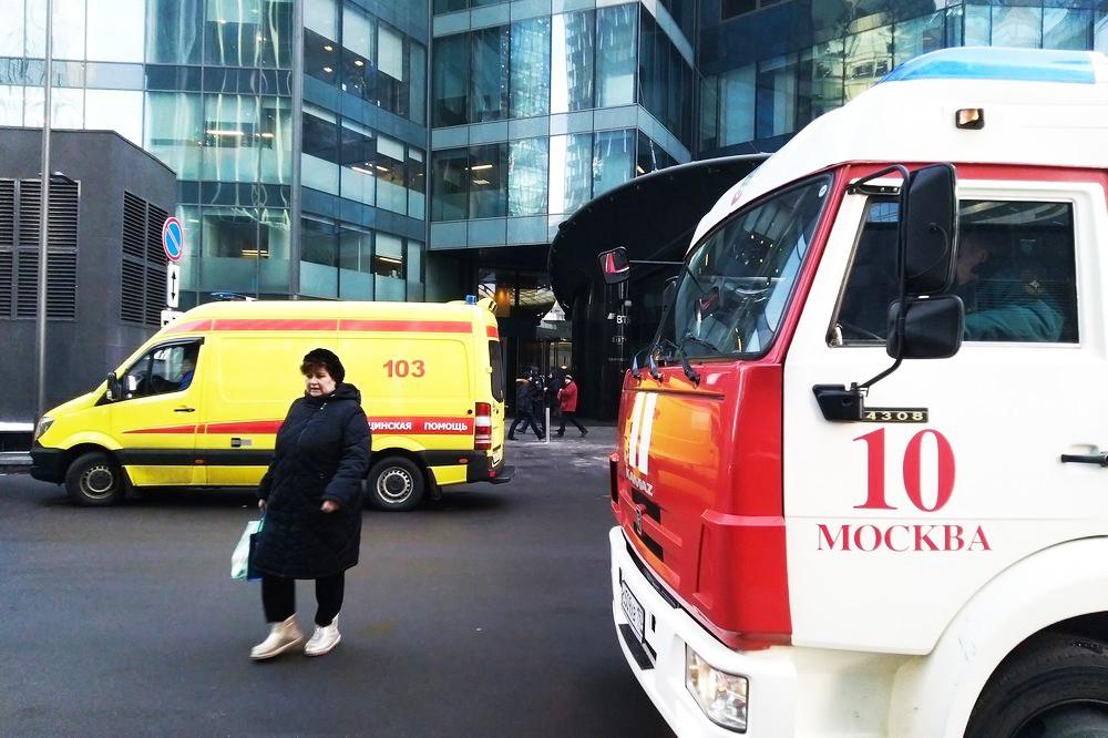 """Пожарные и скорая помощь возле комплекса """"Москва-Сити"""""""