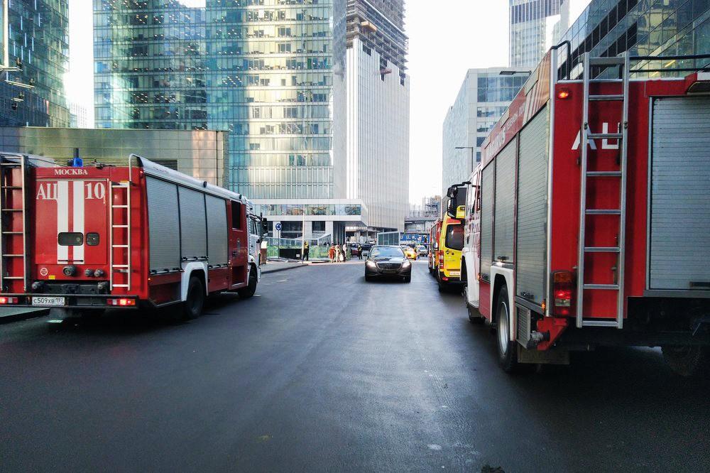 """Пожарные возле комплекса """"Москва-Сити"""""""