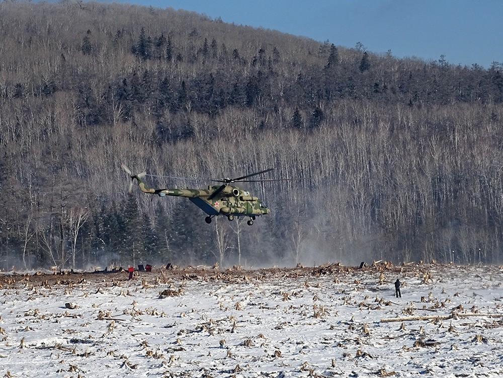 Российские военнослужащие в районе схода грунта в реку Бурея в Хабаровском крае