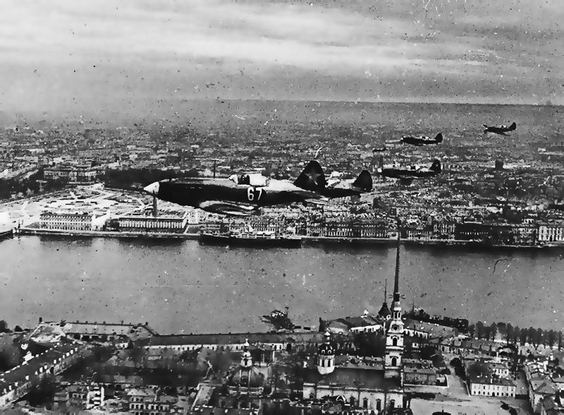 Звенья истребителей над Ленинградом