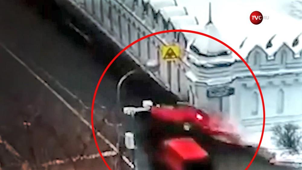Автомобиль врезается в стену монастыря