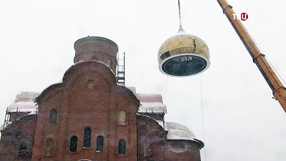 Установка купола на храм