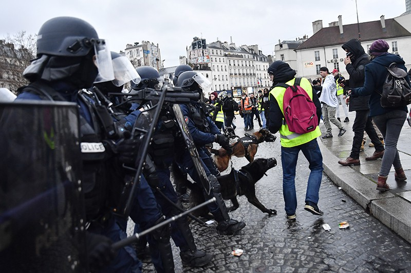 """Участники протестной акции """"желтых жилетов"""" и сотрудники полиции в Париже"""