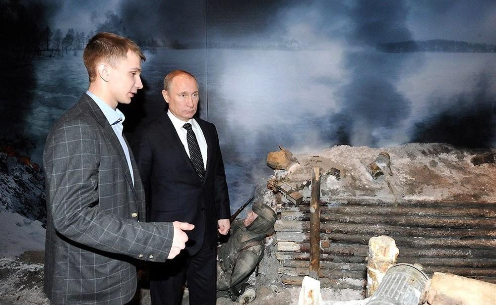 """Владимир Путин осматривает трёхмерную панораму сражения Великой Отечественной войны """"Прорыв"""""""