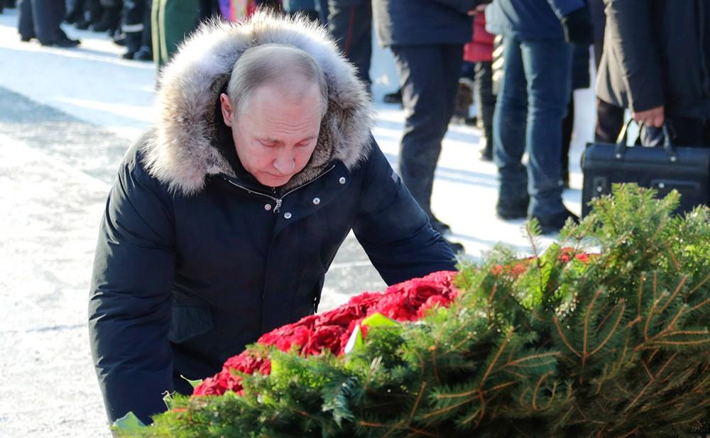 Владимир Путин у монумента Родина-Мать в Санкт-Петербурге