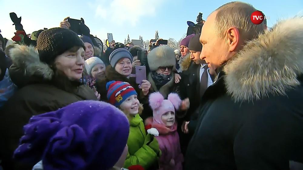 Владимир Путин общается с петербурцами