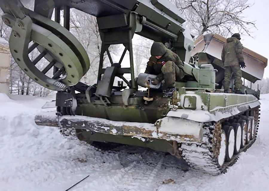 Военная техника помогает в расчистке снега на трассе