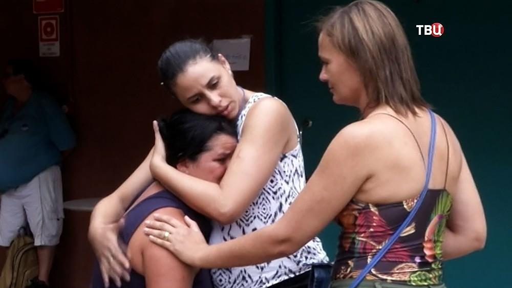 Близкие пострадавших при прорве дамбы в Бразилии
