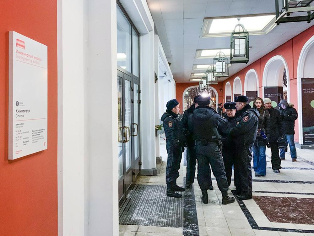 Полиция в здании Третьяковской галереи