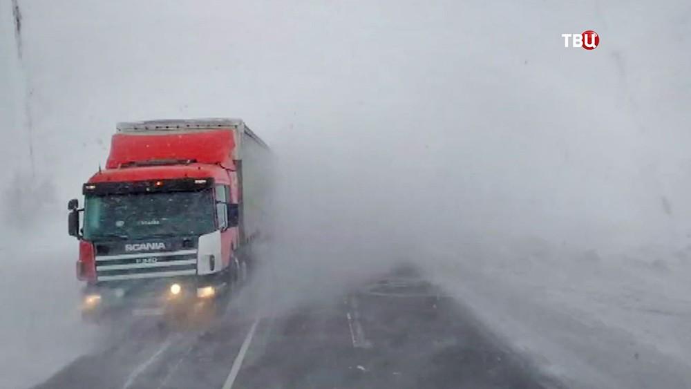 Сильный снегопад на трассе